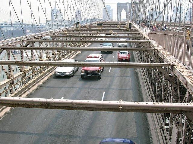 Coches pasando por el Puente de Brooklyn