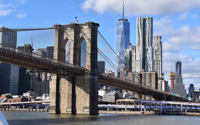El Puente de Brooklyn visto desde fuera