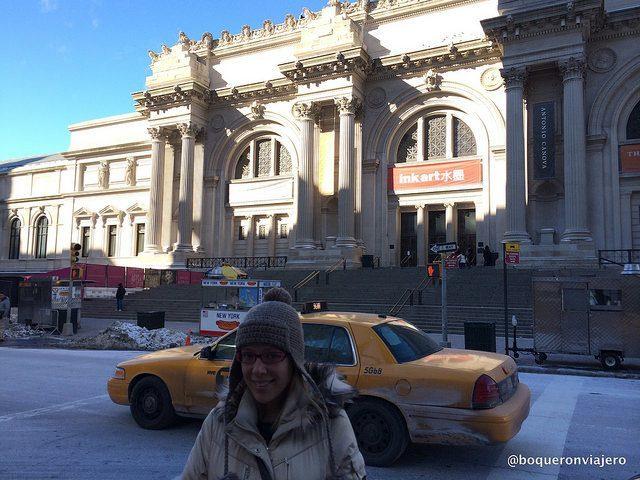 Abby en la entrada del MET Nueva York