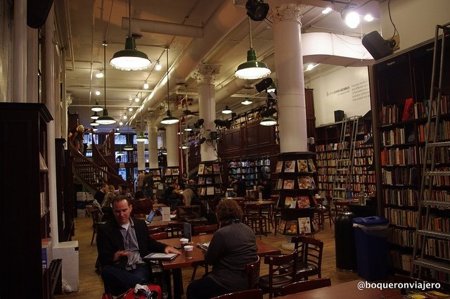 Dentro deThe Housing Work Bookstore Café en Nueva York