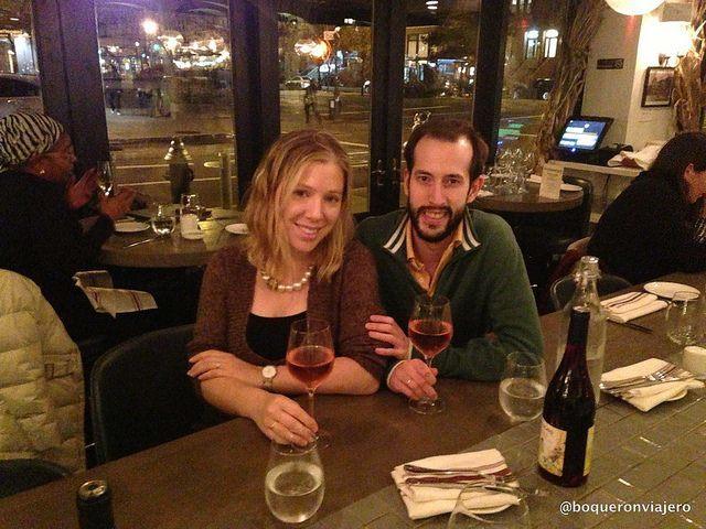 Pedro y Abby en Restaurante Barawine Harlem