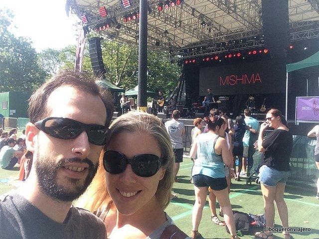 Abby y Pedro disfrutando de junio en Nueva York con conciertos