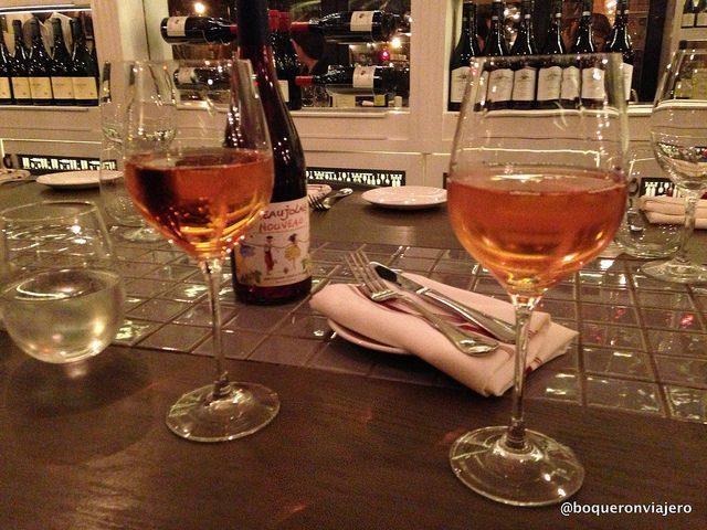 Tomando vino en Restaurante Barawine Harlem