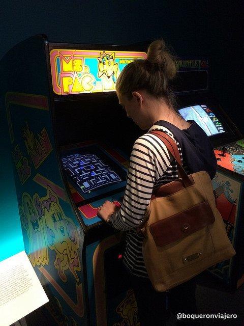 Abby jugando al comecocos en el Museo de la Imagen en Movimiento de Queens