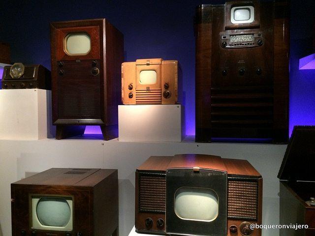 Antiguos televisores en el Museo de la Imagen en Movimiento de Queens