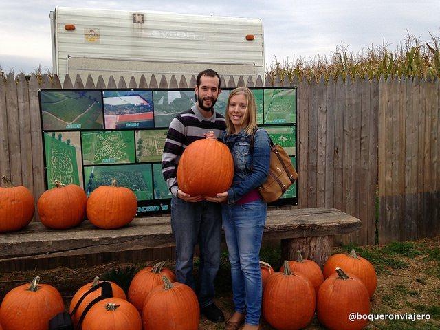 Pedro y Abby con una calabaza gigante