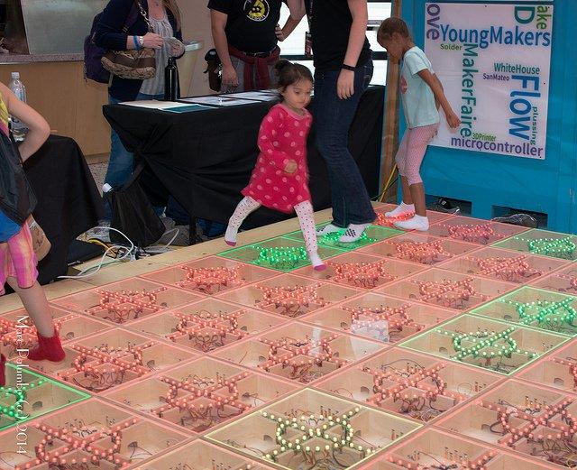 Niños jugando en el New York Hall of Science de Queens