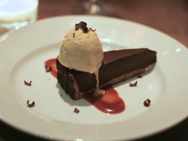 Tarta de chocolate con helado de café en el NYC Restaurant Week