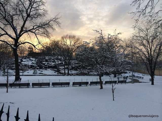 Marcus Garvey Park en Nueva York en la nieve.