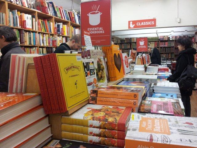 Buscando el libro perfecto en la librería un día de nieve en Nueva York.