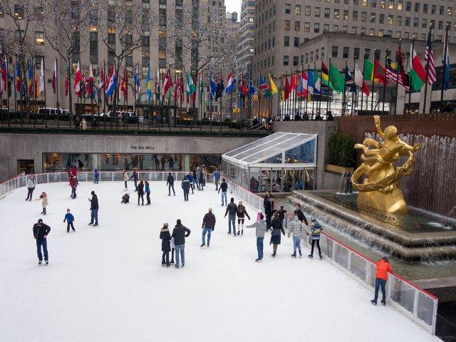 Es divertido patinar sobre el hielo en Rockefeller Center en Nueva York en la nieve.