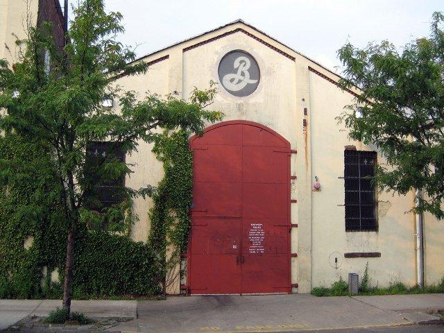 Otro de los planes baratos en Nueva York es visitar una fábrica de cerveza local.