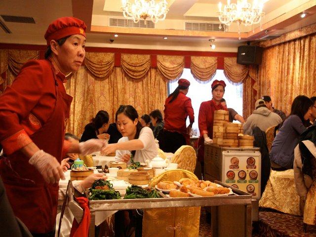 Una camarera con su carrito en un restaurante Dim Sum. Un sitio perfecto para comer en Año Nuevo Chino.