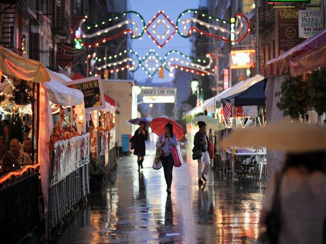 Incluso en la lluvia, es bonito pasear por Little Italy en Nueva York.