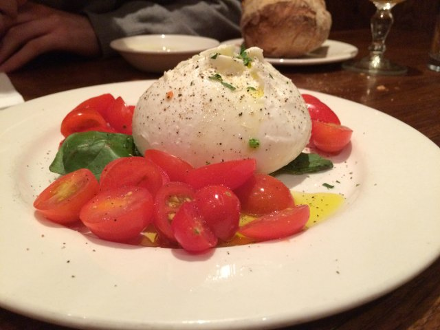 Ensalada Caprese en Bar Pitti en el West Village de Nueva York