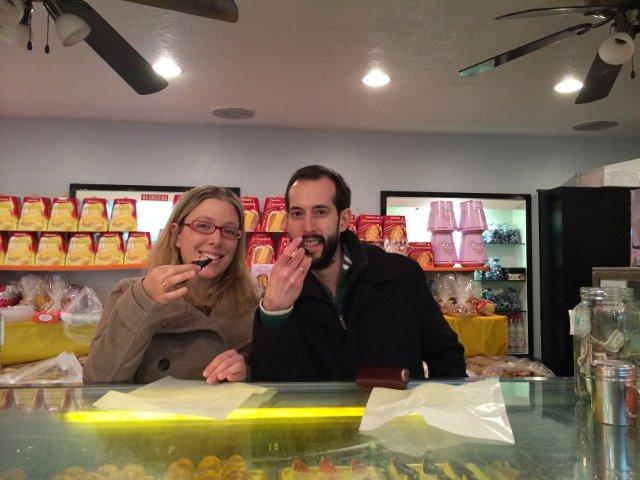 Disfrutando de unos cannoli en Ferrara Bakery, Little Italy, Nueva York.