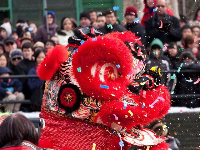 Celebrando el Fireworks Festival en Chinatown para el comienzo del Año Nuevo Chino en Nueva York.