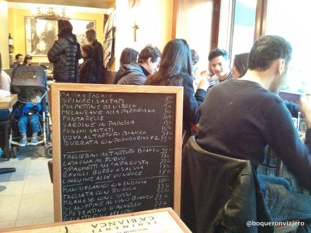 La pizarra con los platos fuera de carta en Bar Pitti en el West Village de Nueva York