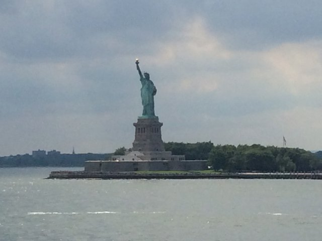 Una foto de la estatua de libertad desde el Staten Island Ferry, uno de los planes baratos en Nueva York.