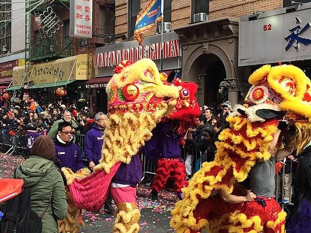 Bailarines del león en el desfile de Año Nuevo Chino de Nueva York.