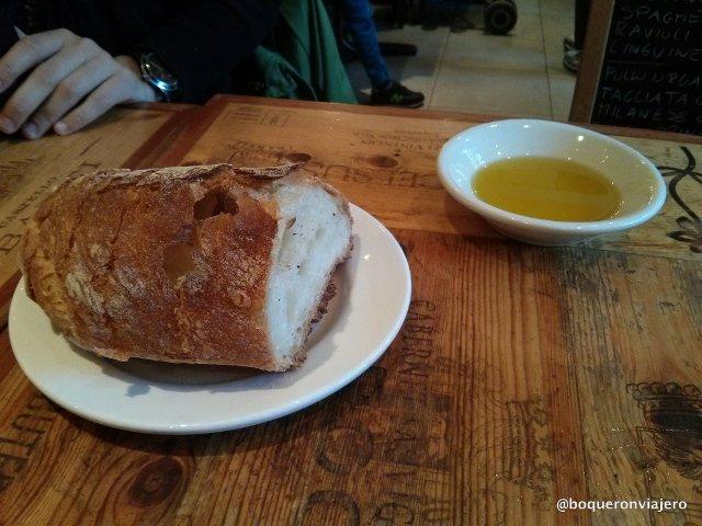 Pan con aceite de oliva en Bar Pitti en el West Village de Nueva York