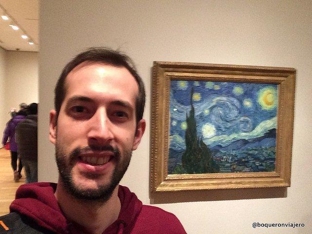 Pedro disfruta viendo la obra famosa de Van Gogh en el MoMA