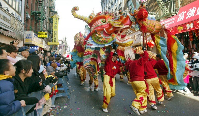 Bailando con el dragón en el desfile de Año Nuevo Chino.