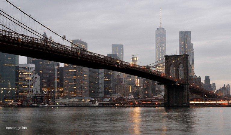 Cruzar el Brooklyn Bridge es uno de los planes baratos en Nueva York