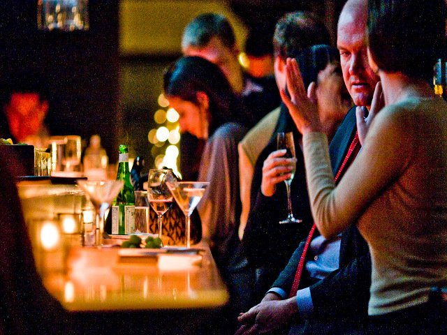 Si tomas algo en la barra de un bar, hay que dar propinas en Nueva York