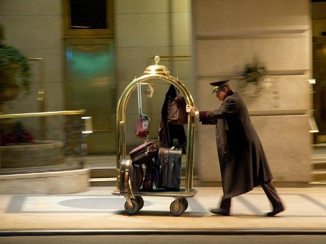 También hay que dar propinas en Nueva York para los botones que te ayudan con el equipaje