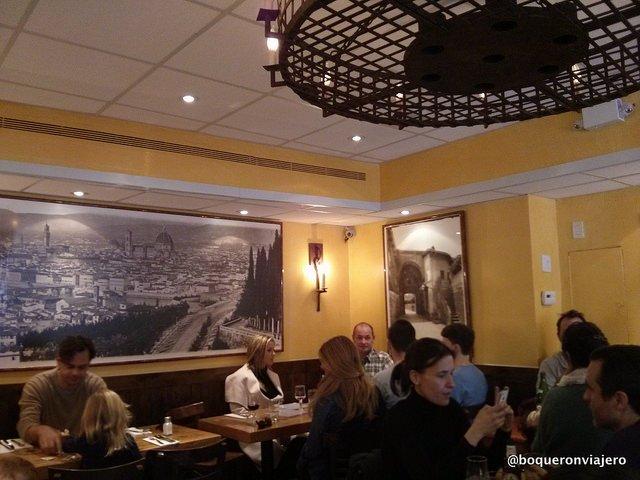 Vista del interior de Bar Pitti en el West Village de Nueva York