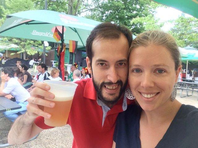 Disfrutando de una tarde soleada en el Beer Garden en Nueva York en primavera