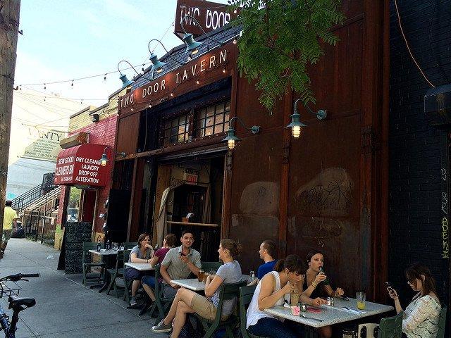 Otra cosa que hacer en Nueva York en primavera es comer en una terraza.