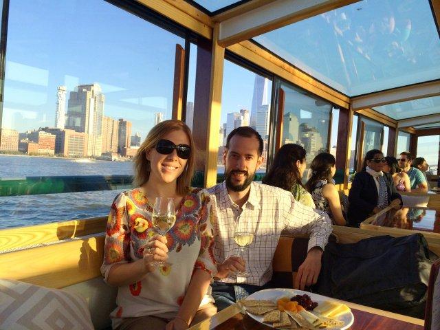 Disfrutando de un vino y un plato de queso en el Classic Harbor Line Jazz Cruise