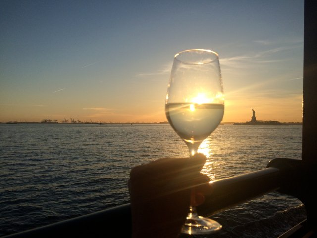 La dama de la Libertad con un vaso de vino