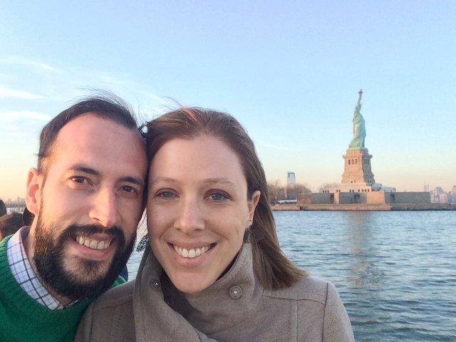 Pedro y Abby con la Dama de la Libertad en el Classic Harbor Line Jazz Cruise