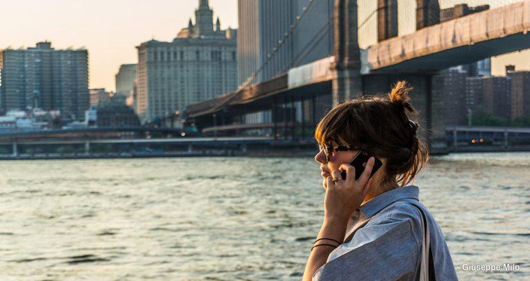 Persona llamando por teléfono en Nueva York