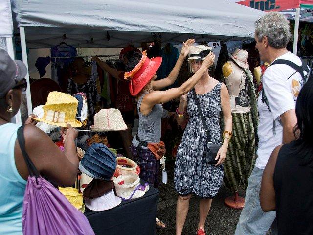 Probando sombreros en Harlem Week en agosto en Nueva York