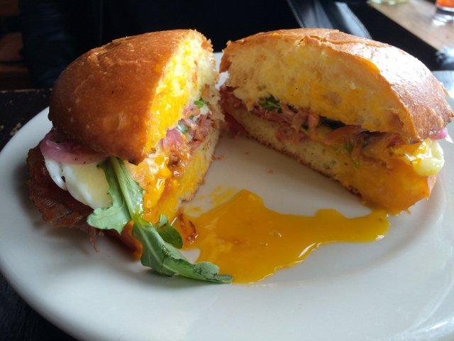 Sándwich de huevo en Montana's Trail House