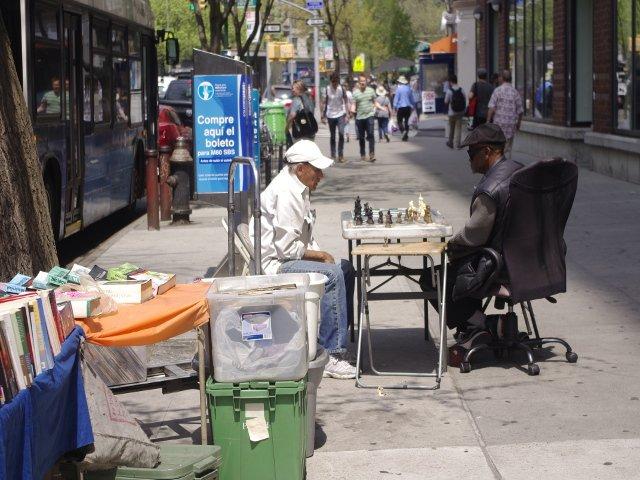 Jugando Ajedrez en la calle del Upper West Side