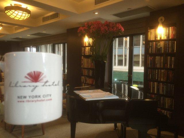 Disfrutando de una taza de café en el Library Hotel Nueva York