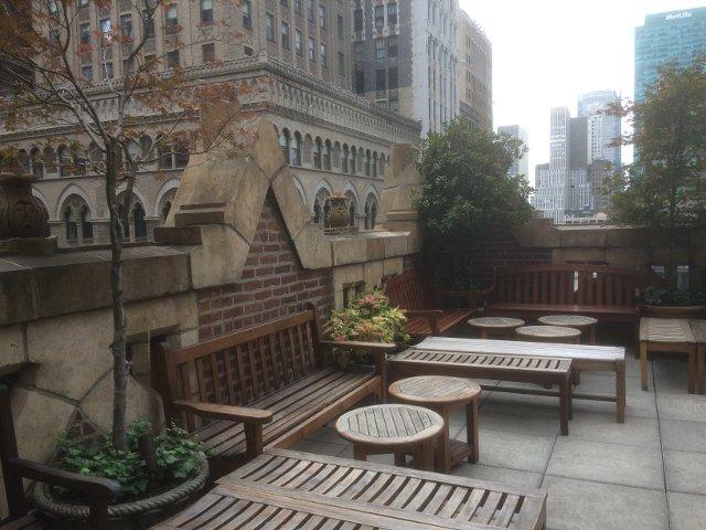 La azotea del Library Hotel Nueva York con vistas de Madison Avenue