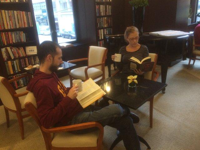 Leyendo y relajándonos en el Library Hotel Nueva York