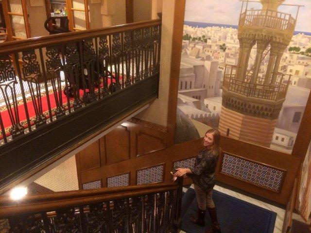 Abby en la escalera del Casablanca Hotel Nueva York