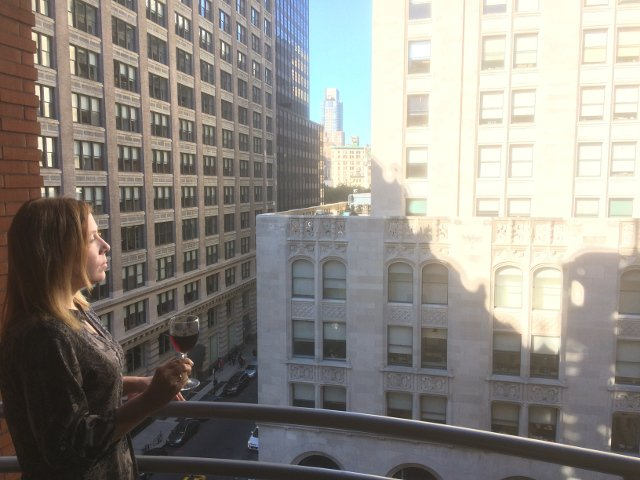 Disfrutando de un vino en el Hotel Giraffe Nueva York