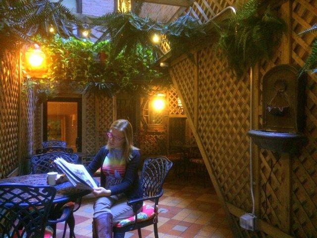 Leyendo el periódico en el Casablanca Hotel Nueva York