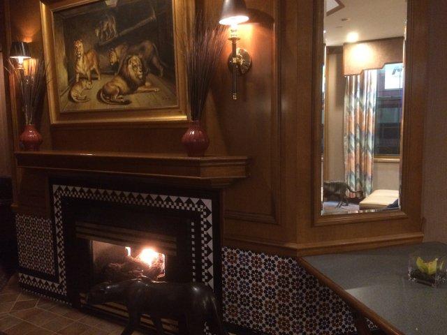 Relajándonos con la chimenea en el Casablanca Hotel Nueva York