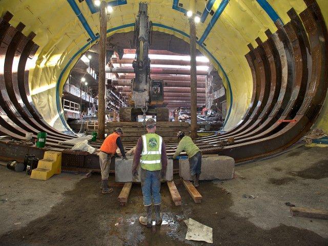 Los trabajadores haciendo la extension de la linea Q en Nueva York