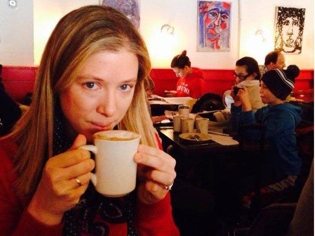 Abby tomando un chocolate caliente en el Hungarian Pastry Shop en Nueva York