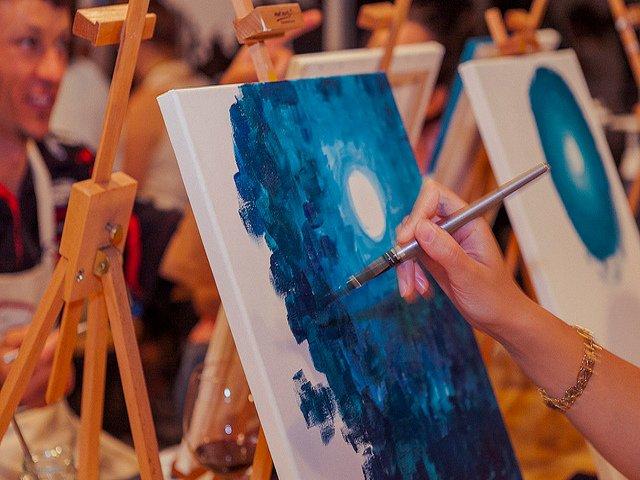 Tomar vino y pintar un cuadro para un San Valentín artístico